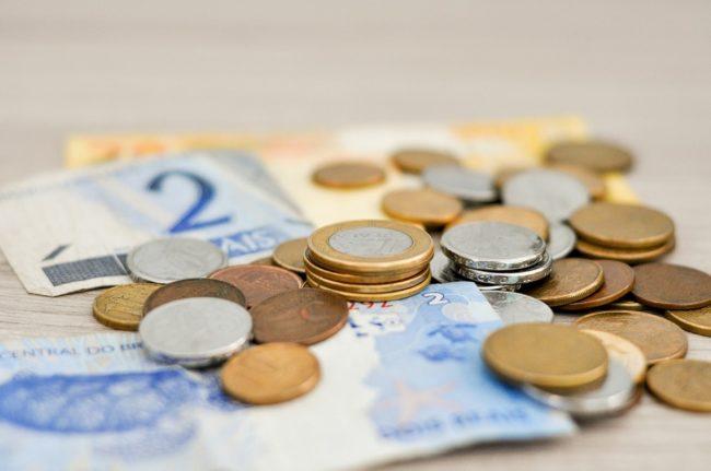 Płatność kartą za granicą czy gotówką? Co wyjdzie taniej?